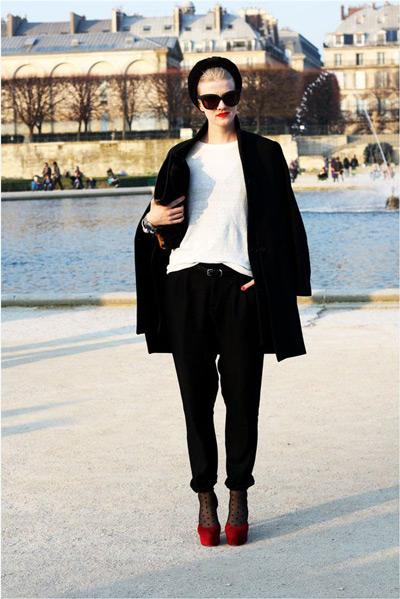 Девушка в бордовых туфлях на каблуках