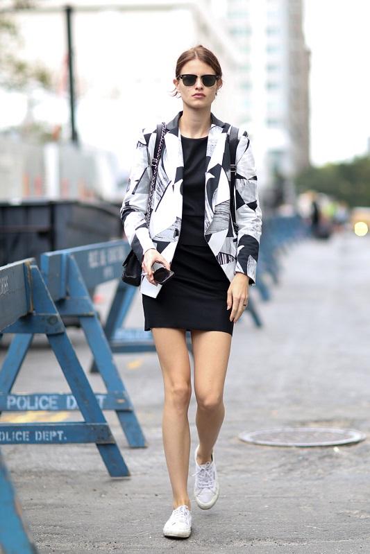 Девушка в черном мини платье и черно-белом пиджаке