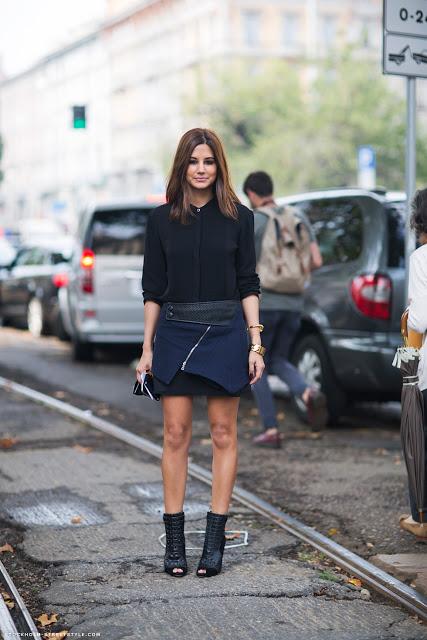 Девушка в черной блузке