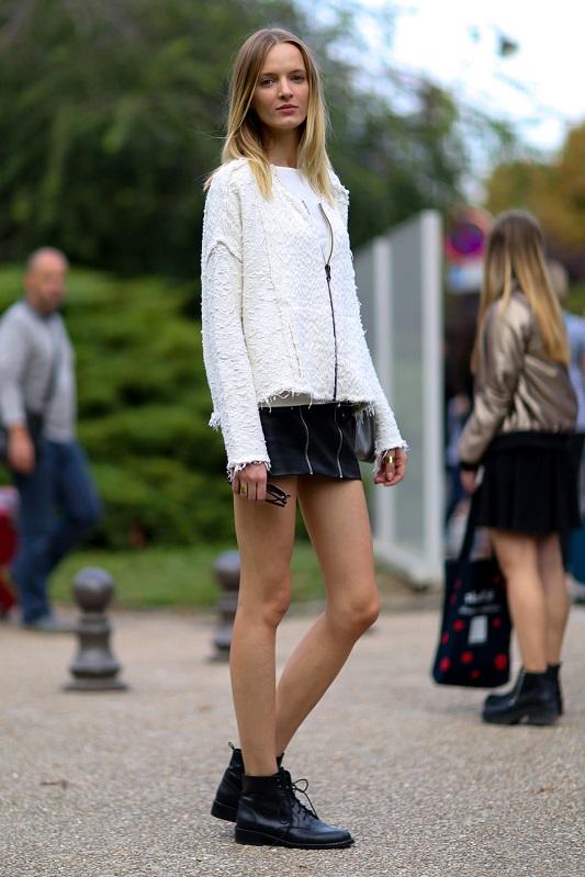 Девушка в черной мини юбке и кофте на замке