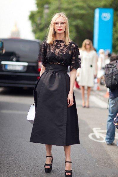 Девушка в черной юбке миди