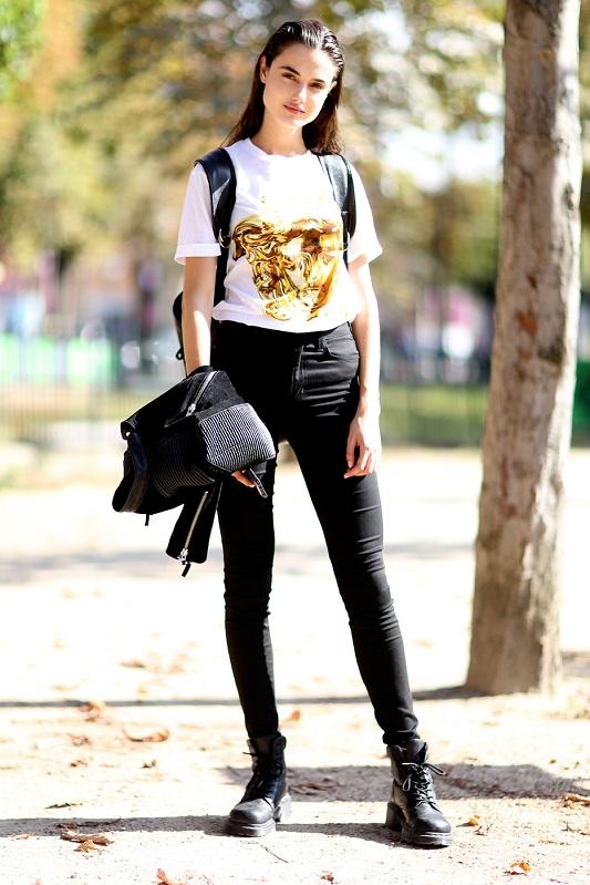 телка в черных джинсах