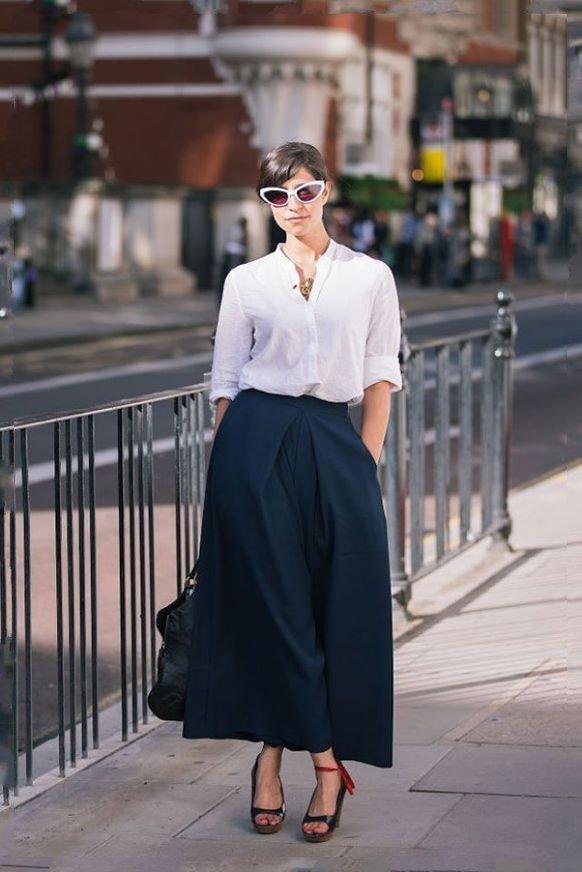 Девушка в длинной черной юбке