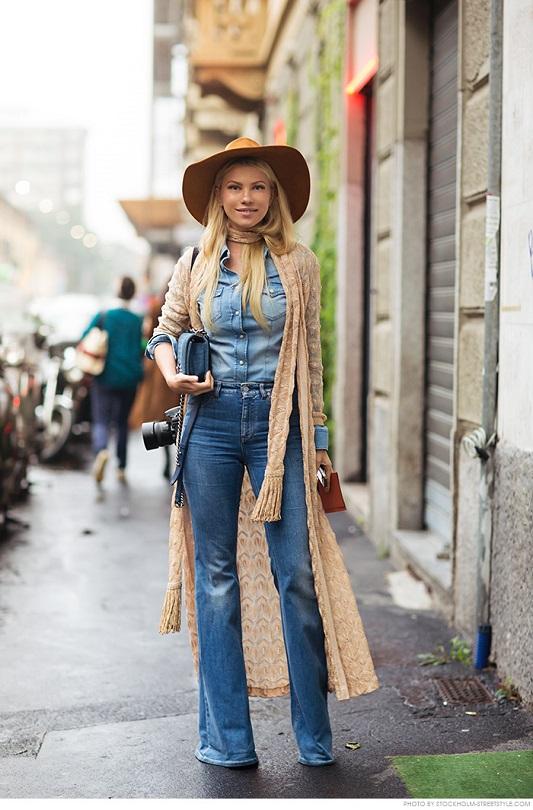 Девушка в джинсах клеш, джинсовой рубахе и тонким шарфиком на шее
