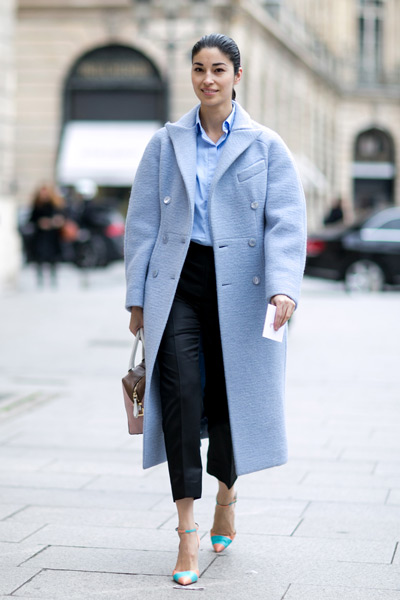 Девушка в голубом пальто