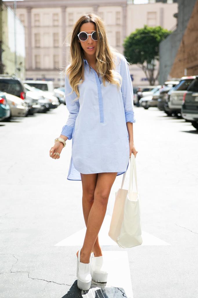 Девушка в голубой блузке и белых туфлях