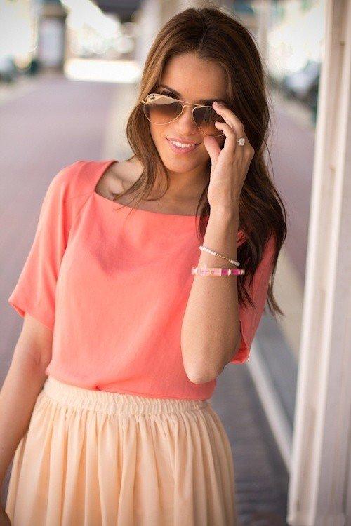 Девушка в коралловой блузке и персиковой юбке