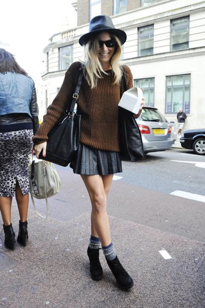 Девушка в коричневом свитере