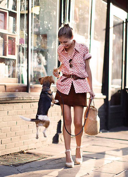 Девушка в коричневой мини юбке и блузе с принтом