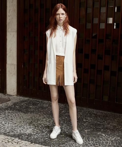 Девушка в коричневых шортах