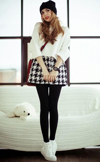 Девушка в короткой черно-белой юбке