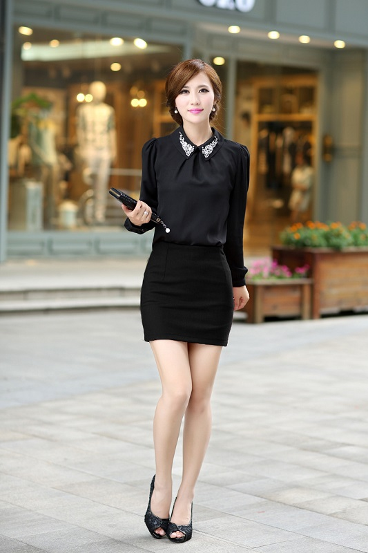 Девушка в короткой черной юбке