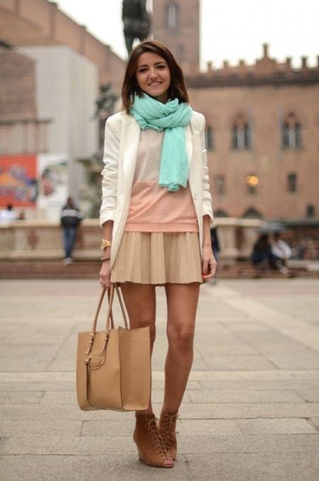 Девушка в короткой юбке