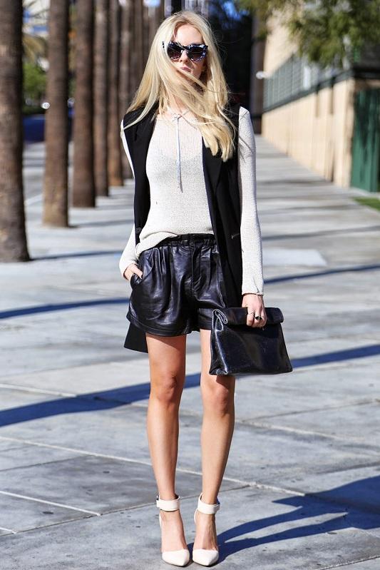 Девушка в кожаных шортах