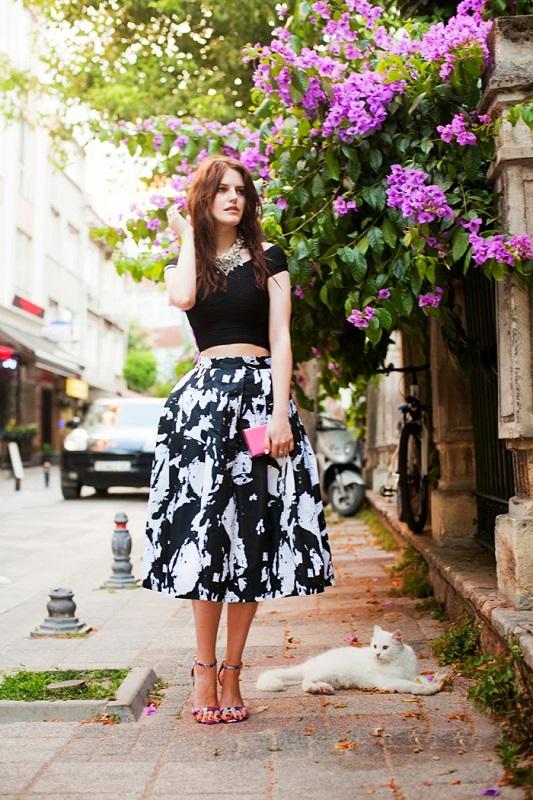 Девушка в красивой черно-белой юбке