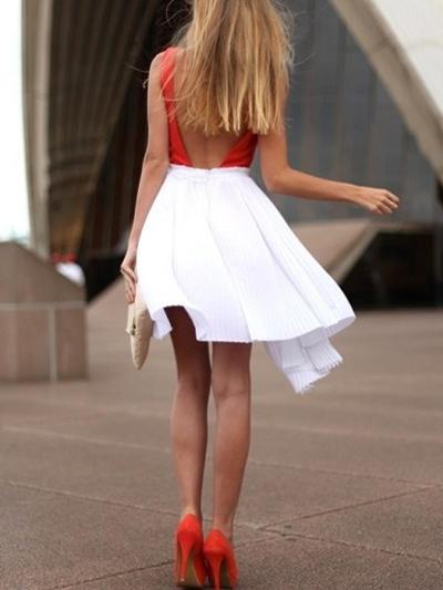 Девушка в красном топе