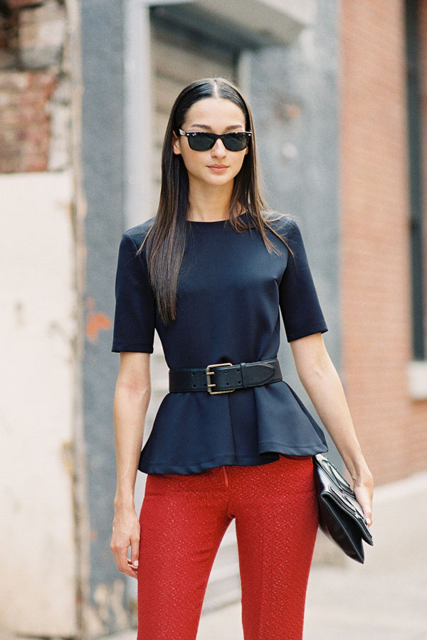 Девушка в красных брюках
