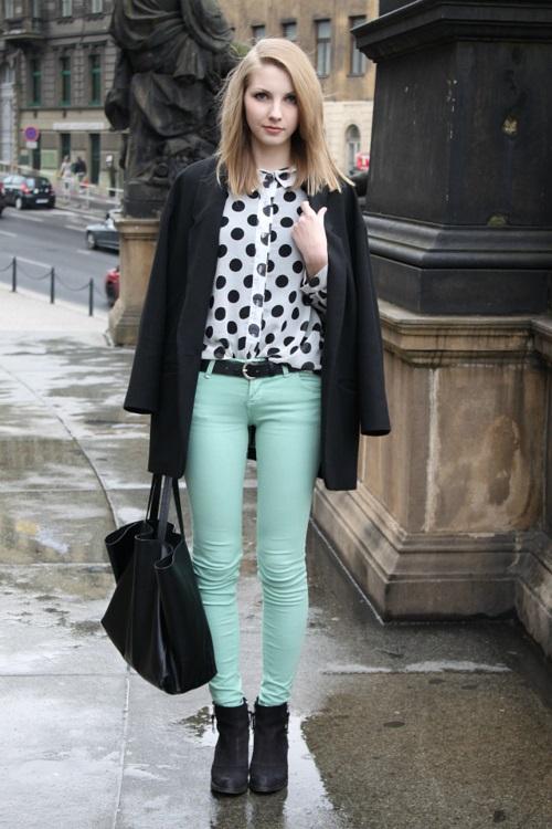 Девушка в оливковых брюках