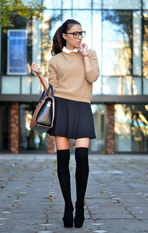 Девушка в песочном свитере