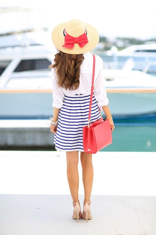 Девушка в полосатой юбке, белой блузке и шляпе