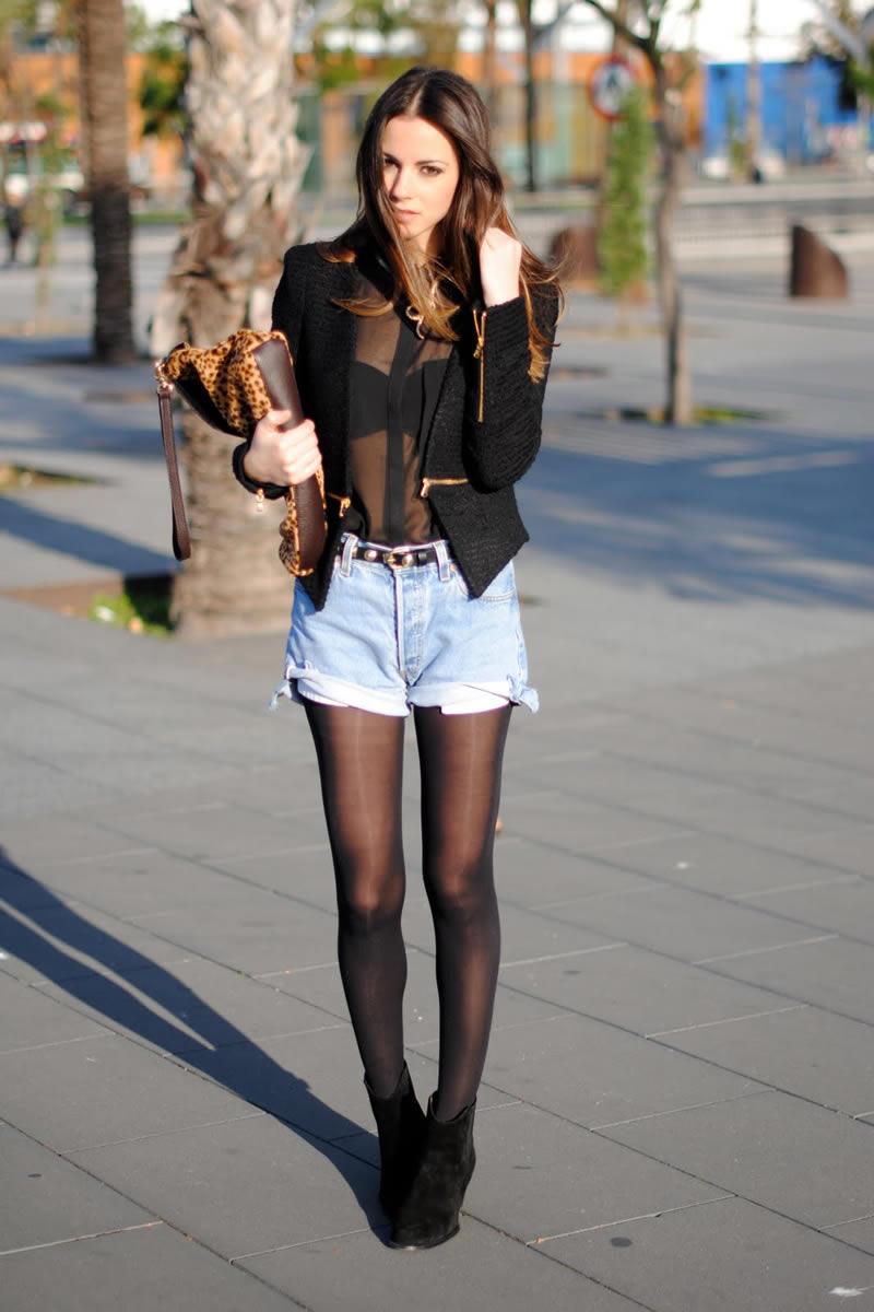 Девушка в полупрозрачной блузке