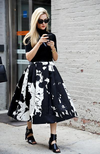 Девушка в пышной черно-белой юбке