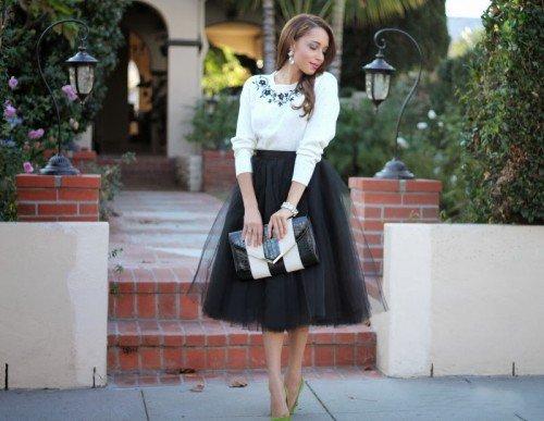 Девушка в роскошной черной юбке