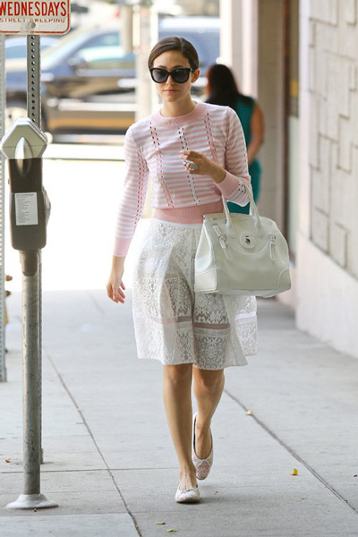 Девушка в розовом джемпере