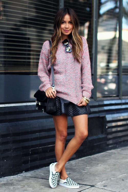 Девушка в розовом свитере