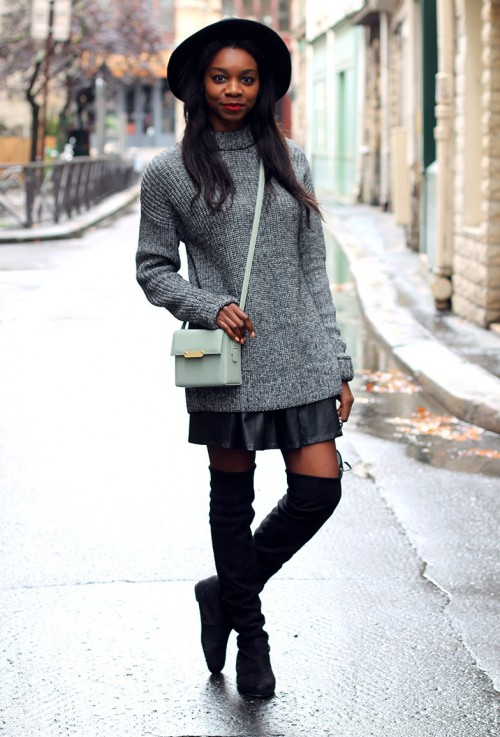 Девушка в сером свитере