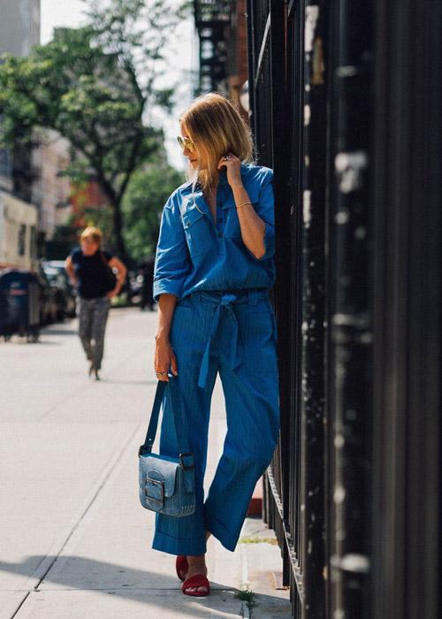 Девушка в широких джинсовых штанах и рубашке