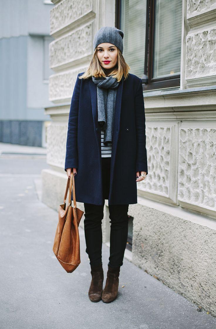 Девушка в синем пальто