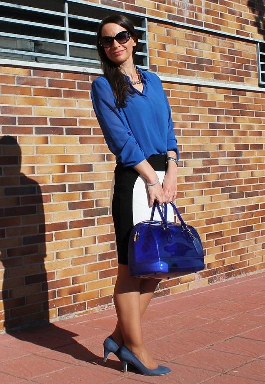 Девушка в синей блузке