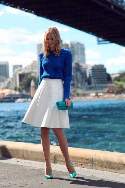 Девушка в синей кофточке