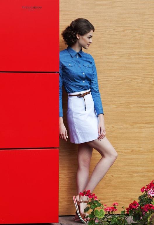 Девушка в синей рубашке