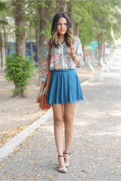 Девушка в синей юбке