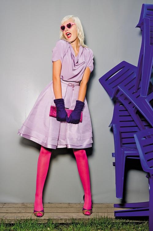Девушка в сиреневом платье в стиле бэби-долл
