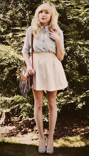 Девушка в светло-бежевой юбке