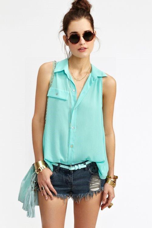 Девушка в светло-бирюзовой блузке