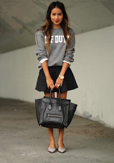 Девушка в свитшоте и черной юбке