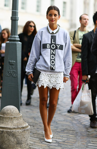 Девушка в свитшоте и кружевной юбке