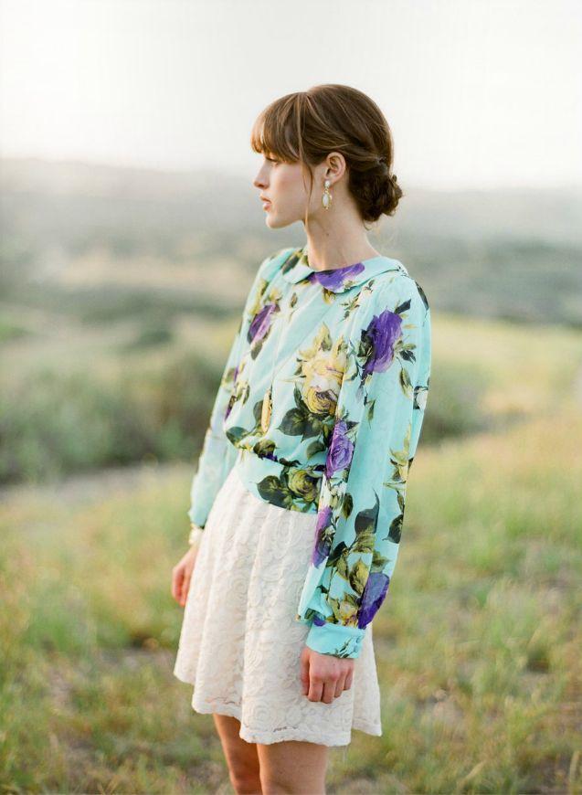 Девушка в цветочной блузке