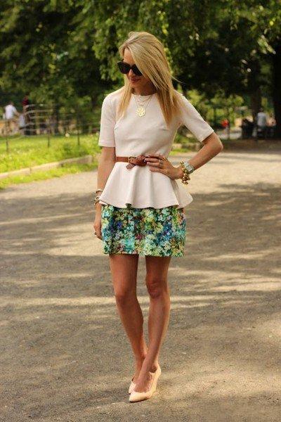 Девушка в цветочной юбке