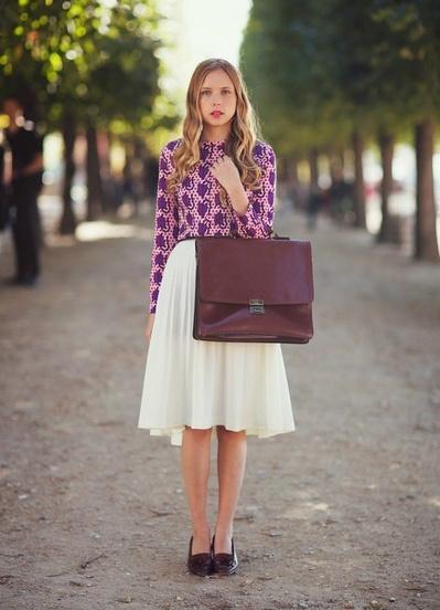 Девушка в яркой блузке
