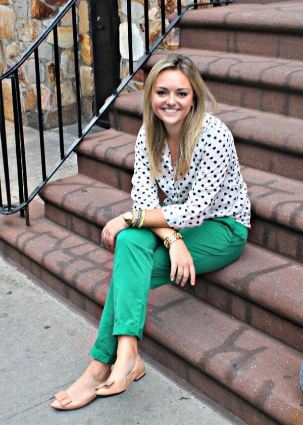 Девушка в зеленых брюках