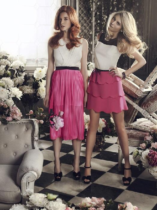 Две девушки в малиновых юбках