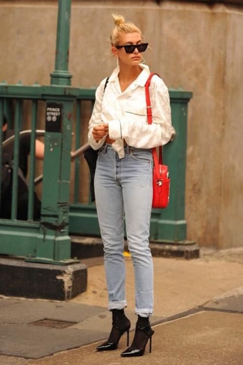 Хейли Род Болдуин в подвернутых джинсах и белой рубашке