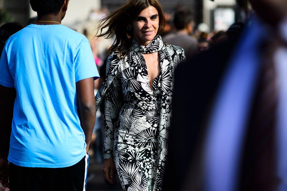 Карин Ройтфельд в черно белом платье и тонким шарфиком на шее