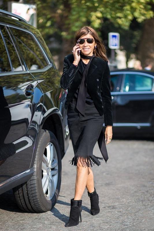 Карин Ройтфельд в черном платье, жакете и тонким шарфиком на шее