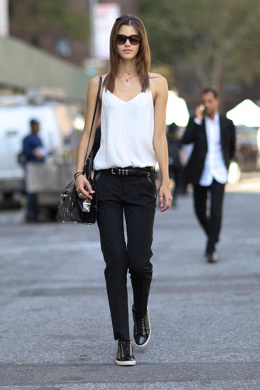 Класический образ, черные брюки со стрелками и белый топ